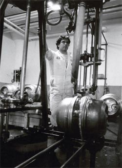 Anchor employee Bruce Joseph fills kegs fitted with the Golden Gate keg coupling system.
